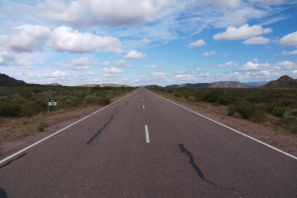 Спустившись с гор, дорога тут же выравнивается. Встречных становится в несколько раз больше.