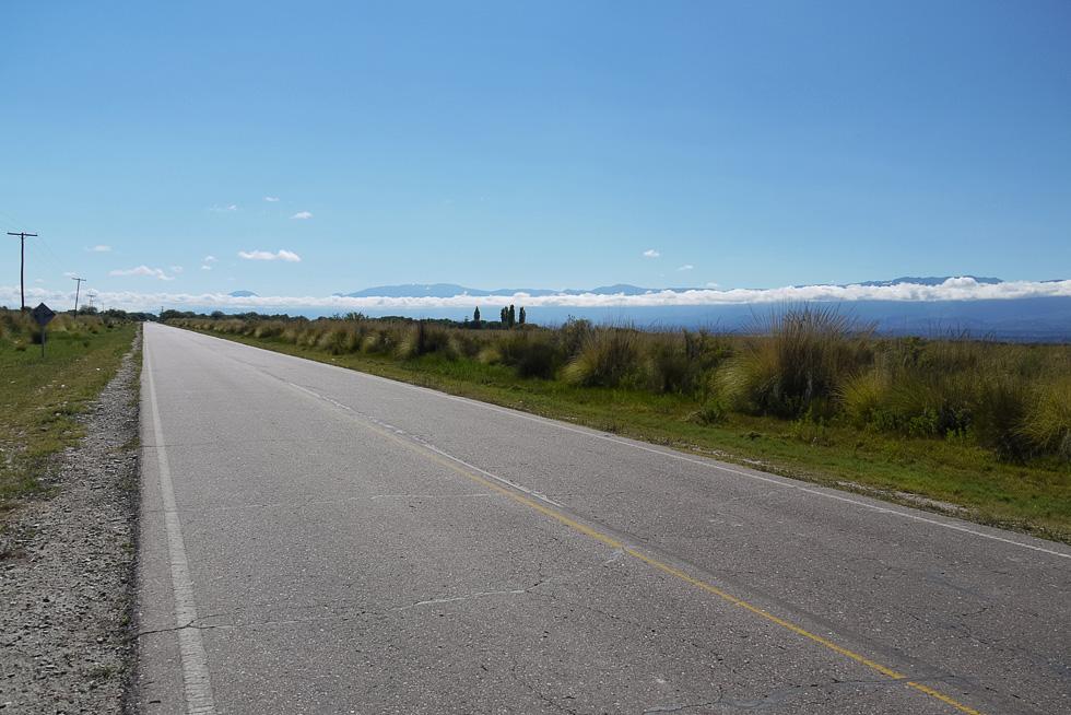 Провинция Catamarca, предгорья Анд, облака вдоль дороги. Обычная высота таких облаков примерно 600 м. Здесь они заметно ниже.
