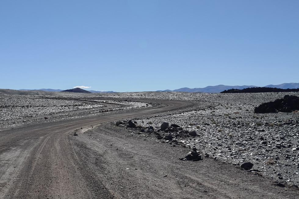 Ruta 43, зона недавней вулканической активности. Шлаки отливают на солнце.
