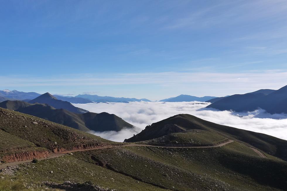 Внизу -- облака. Не зря обсерватории строят в горах Чили.