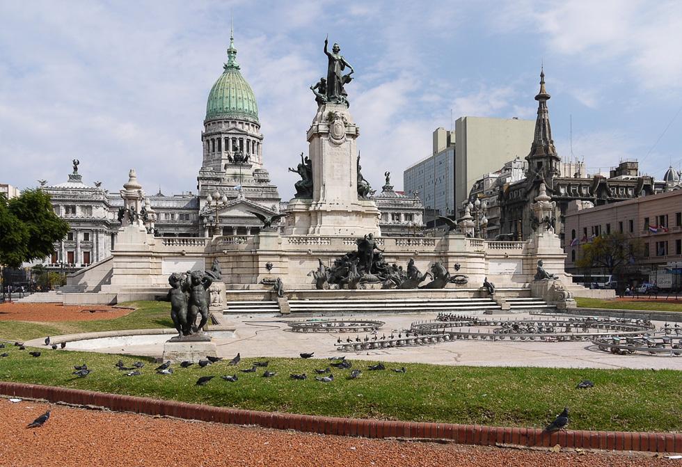 Фонтан на площади перед зданием парламента Аргентины.