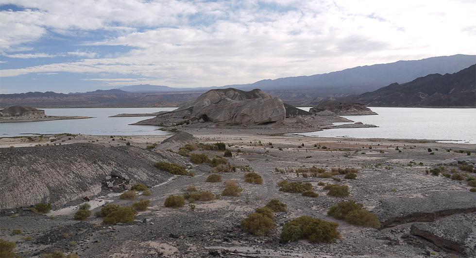 Вид на озеро Cuesta del Viento с дороги.