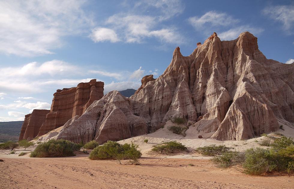 Высокий кусок скалы