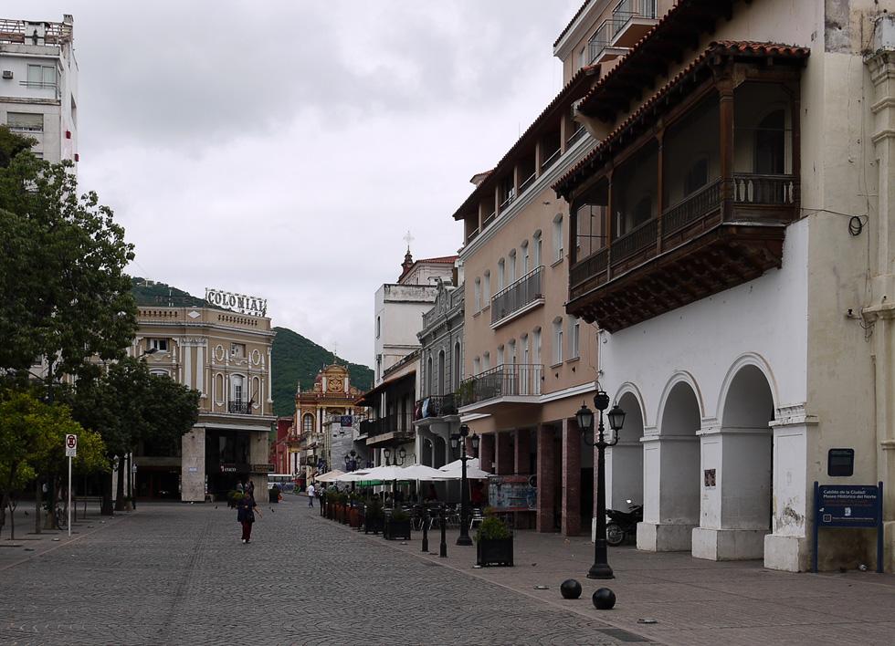 Вид на улицу Сальты с площади напротив Музея Севера (Museo del Norte)