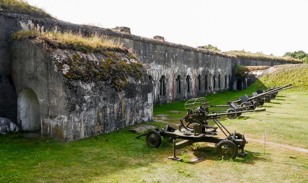 Артиллерия перед входом в казармы