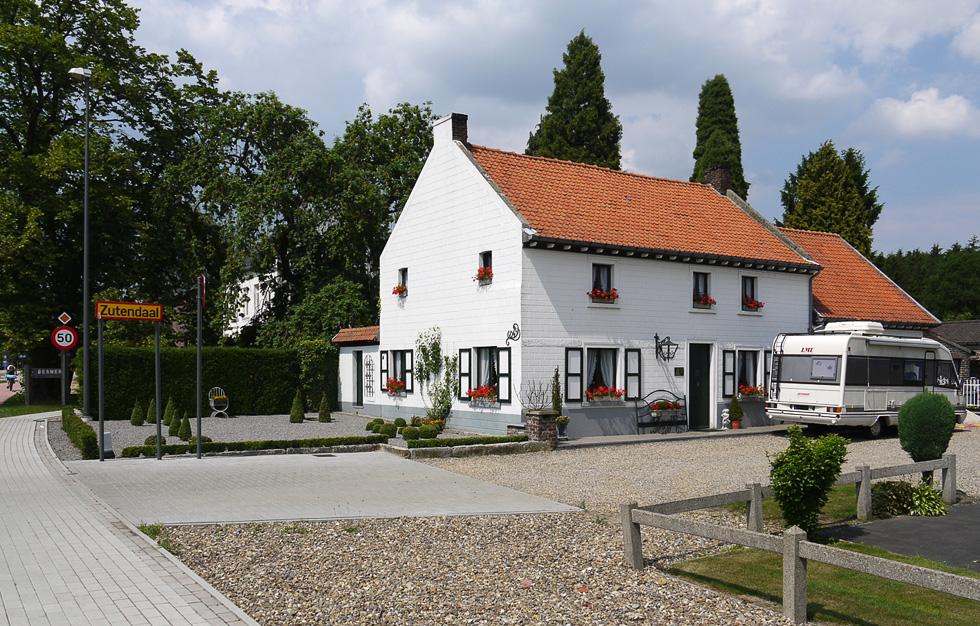 Белый бельгийский домик