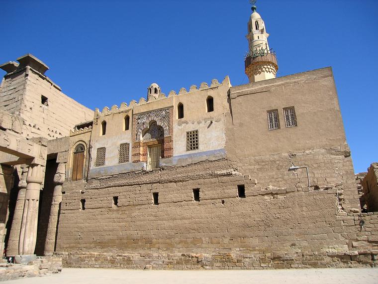 Мечеть на древнем фундаменте в Луксоре
