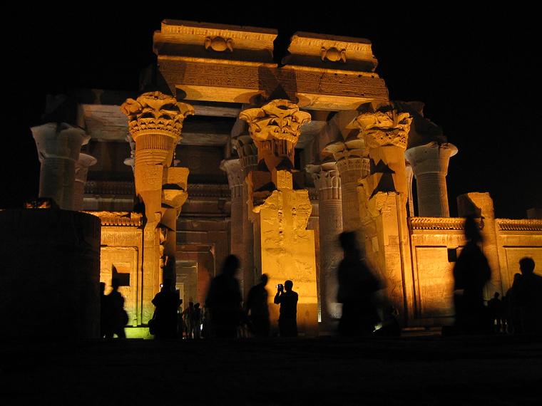 Храм в Ком-омбо ночью