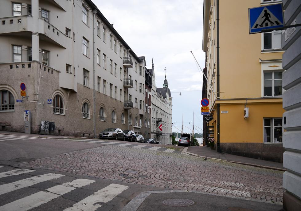 Улица Хельсинки с видом на море