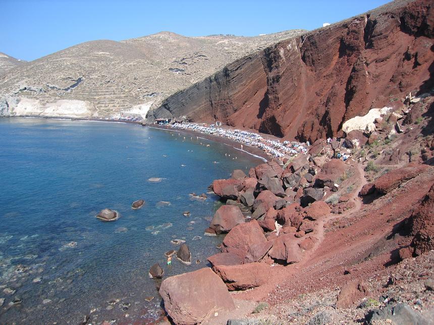 Красный пляж на острове Санторини.