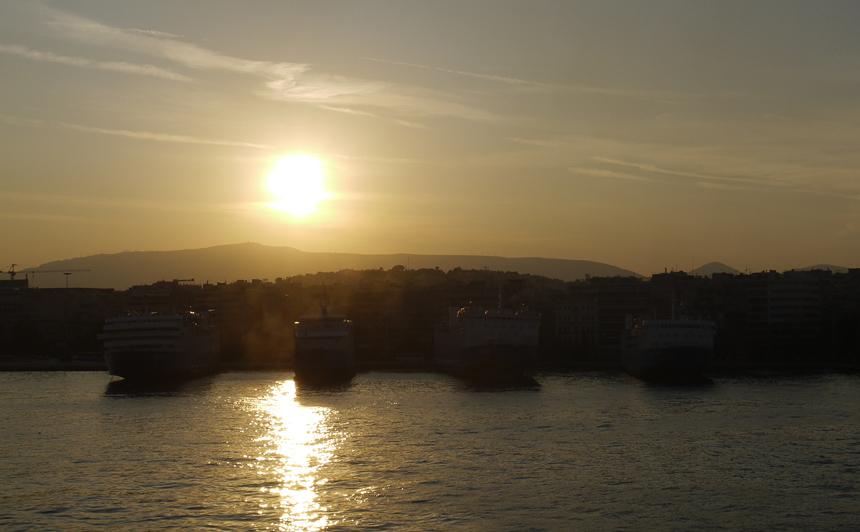 Восход солнца в порту Piraeus