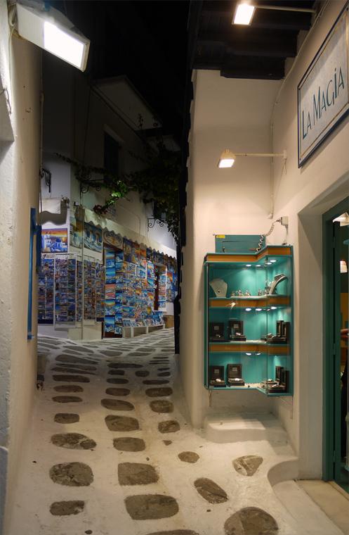 Улица на Миконосе ночью. Весь центр города состоит из таких улиц. Пока по одним, хорошо освещенным, толпами шастают туристы, на других, плохо освещенных, мирно спят жители города. Те из них, которые не заняты в торговле сувенирами.