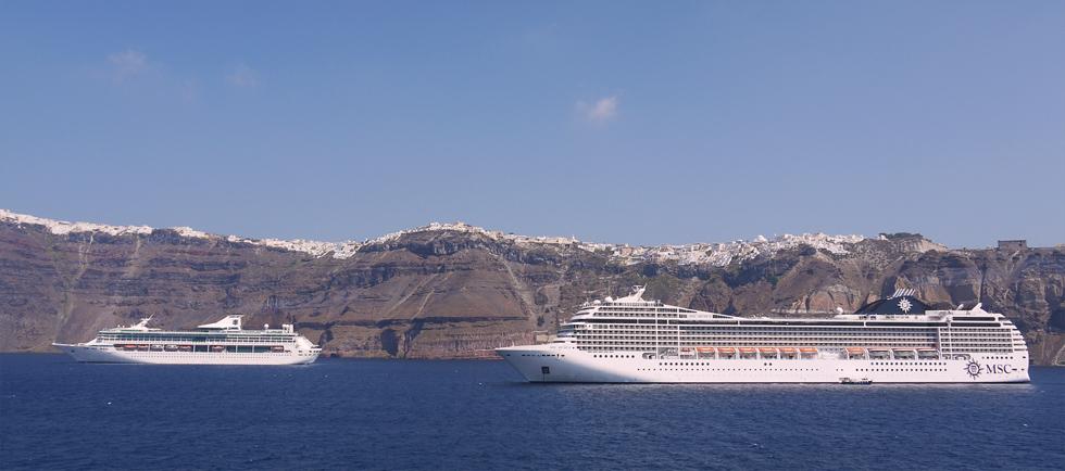 Остров Санторини очень популярен среди туристов.