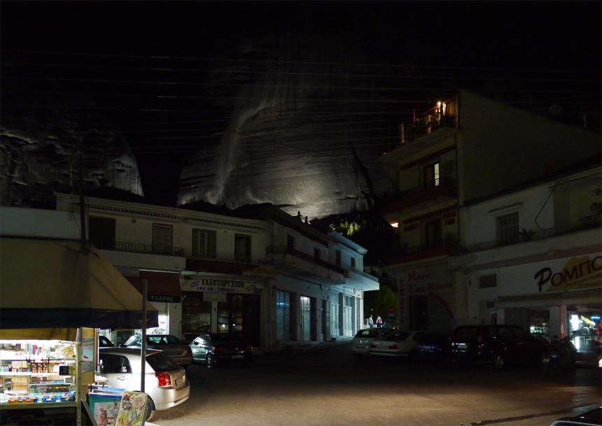 Метеоры. Ночью в городе Каламбаке подсвечиваются ближайшие скалы.