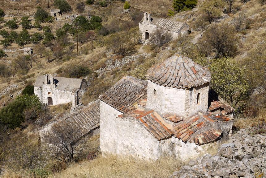 Старые византийские церкви на холме Paliohora на острове Эгина. Всего на этом холме сохранилось 35 похожих церквей.