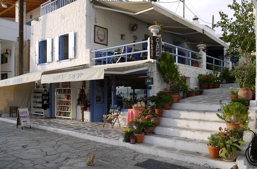 Сувенирная лавка на острове Эгина. Котёнок вышел встречать туристов.