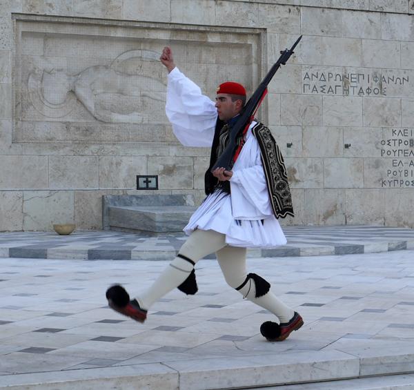 Эвзон. Почетный караул у могилы неизвестного солдата в Афинах.