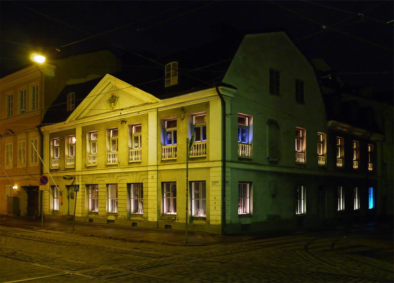 ... а ночью - желтым, зеленым, с необычной подсветкой окон, рожицей в окне и мрачным таинственным переулком справа