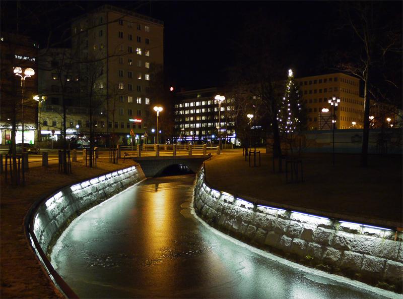 Через город протекает река. Берег закован в камень и подсвечен