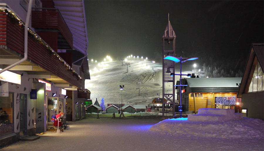 Вид на горку из Levikeskus. Самое сердце курорта. Столица лыж и сноубордов. Источник самодельных сувениров, спортивной экипировки и еды