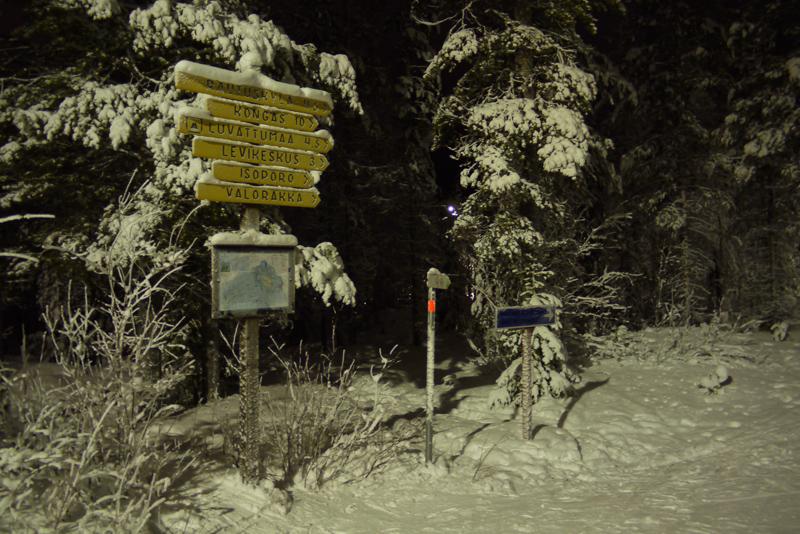 Ночью подсвечивается около 30 километров трасс для беговых лыж. Все перекрестки снабжены массой самых разных указателей и подробной картой маршрутов со стрелкой