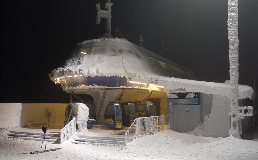 А вот так он выглядит на вершине. Здесь и ветер сильнее и снега больше. (Пока добирался успело стемнеть.)