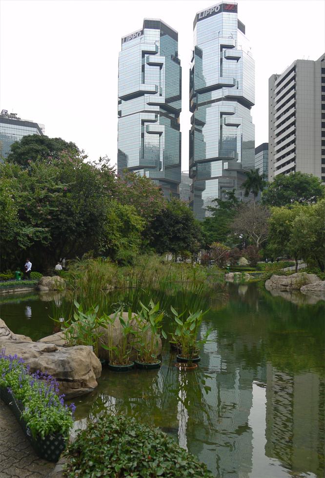 Пруд в парке в видом на современное здание
