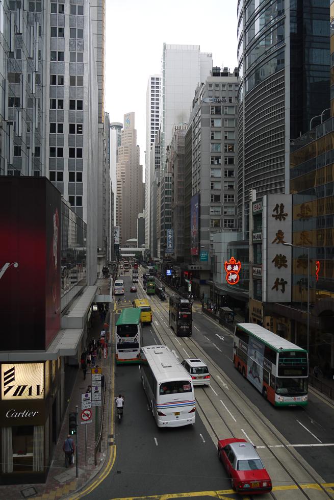 Улица в Гонконге с двухэтажным трамваем