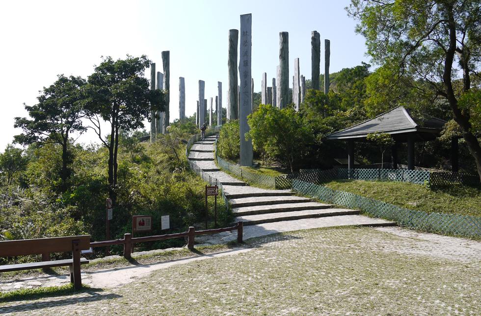 Деревянные столбы рядом с Буддой