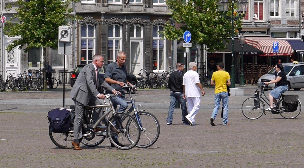 Два дядечки на велосипедах в Маастрихте.