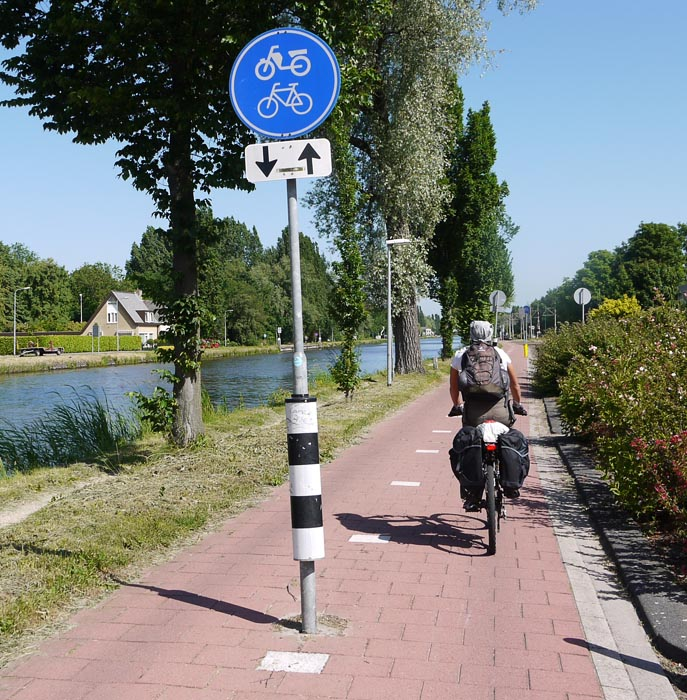 Знак двусторонней велодорожки.
