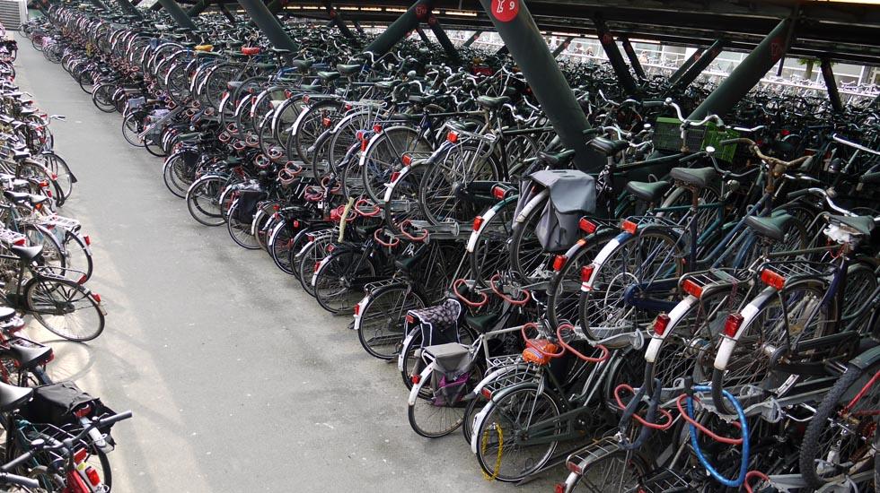 Крытый велопаркинг в Лейдене.