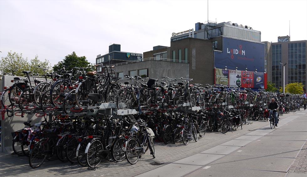 Верхний паркинг у вокзала в Лейдене.