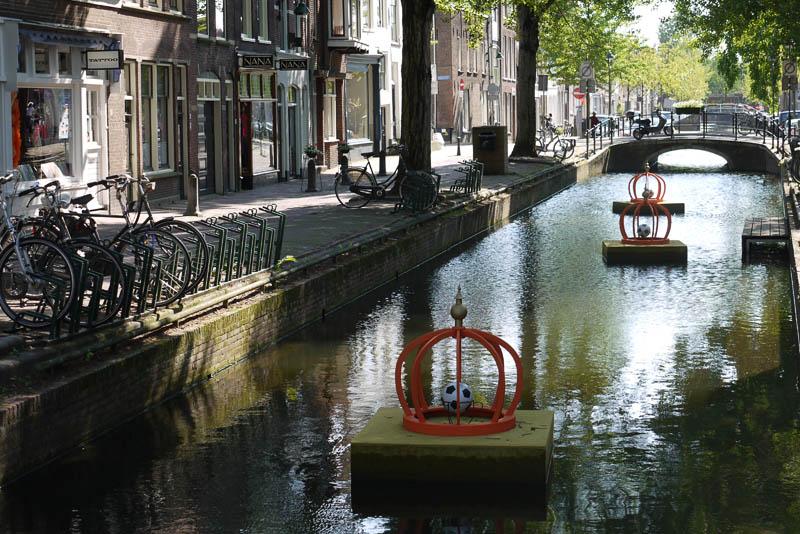 Мячи плавают с канале.