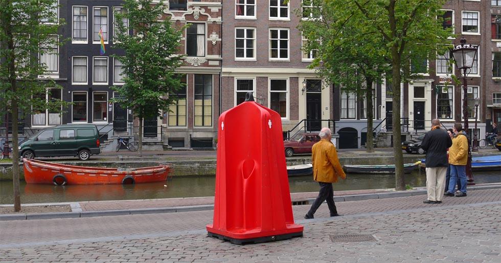 Уличный писуар в Амстердаме.