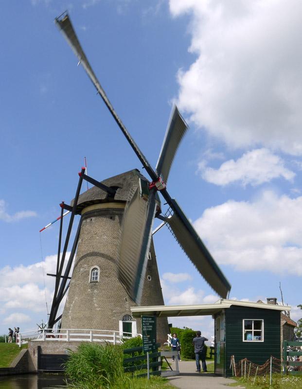 Работающая ветряная мельница.