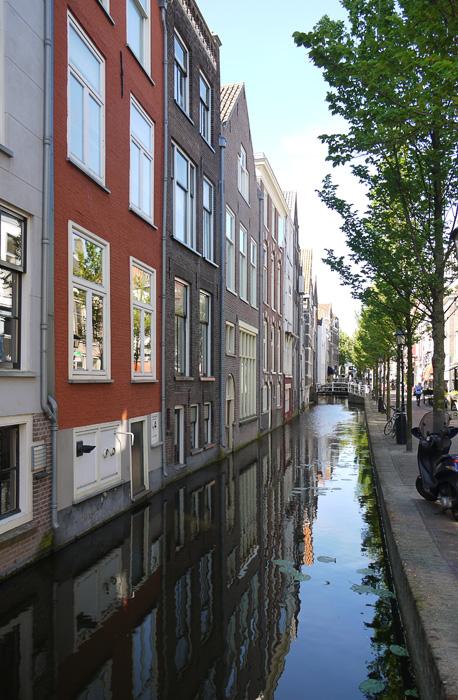 Дельфт, отражения домов в канале.