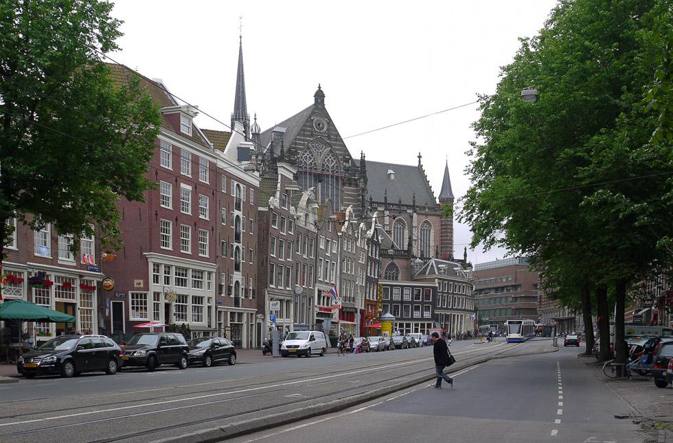 Широкая улица в Амстердаме.
