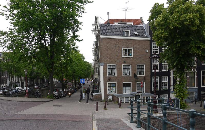 Амстердам, наклоненный фасад дома.