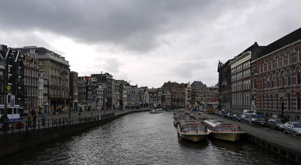 Широкий канал в Амстердаме.