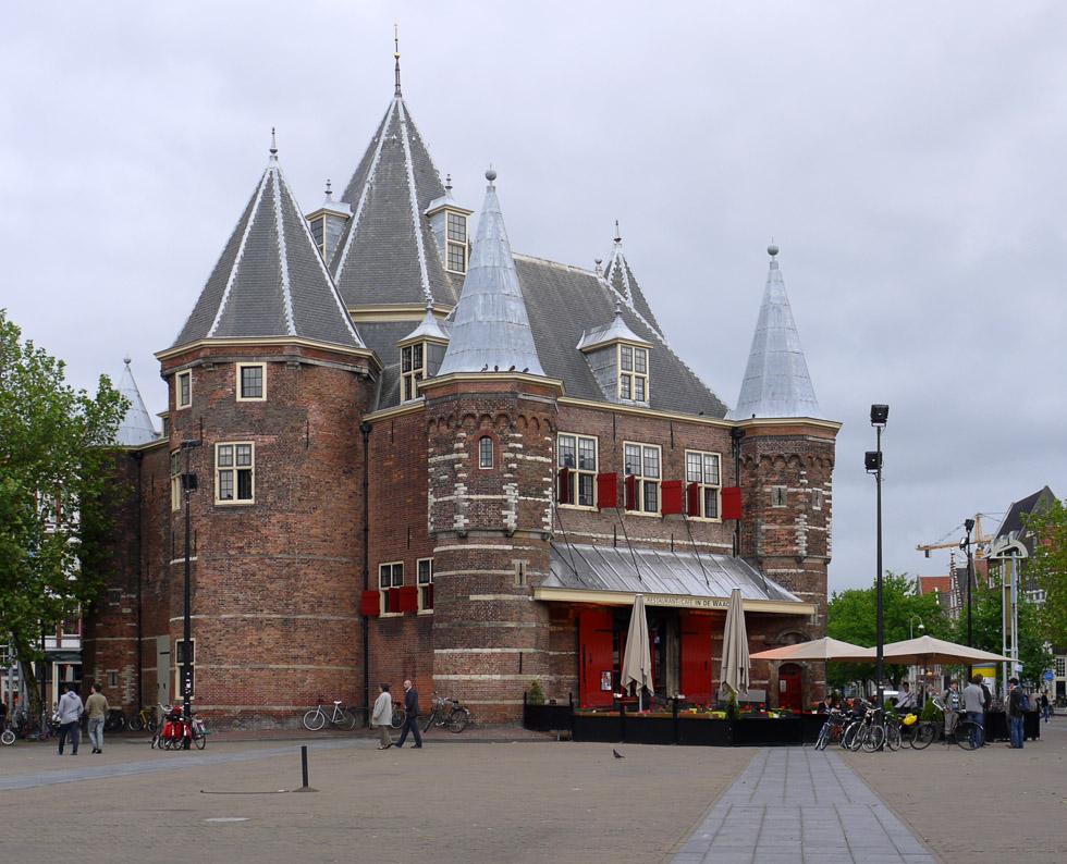 Де-Ваг (De Waag), бывшие ворота Синт-Антониспоурт.