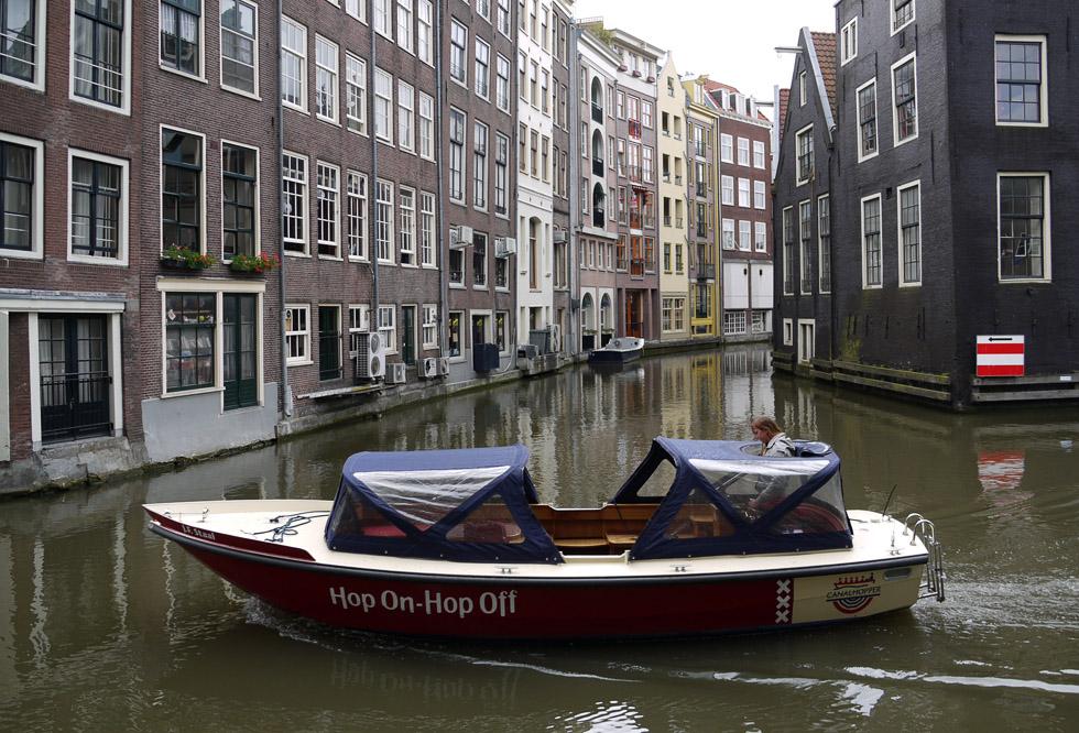 Амстердам, лодка на канале.