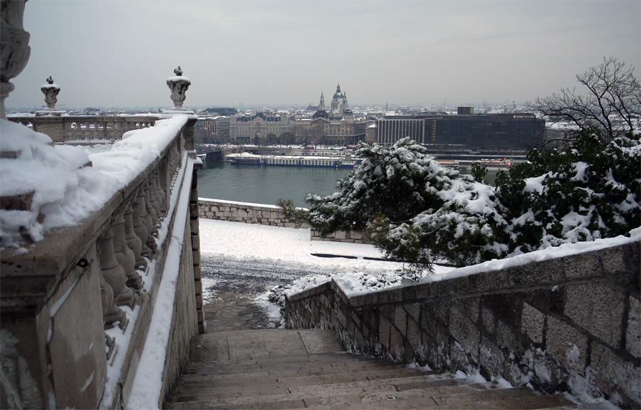 Добро пожаловать в Будапешт. Вид на Пешт с лестницы королевского дворца в Буде.