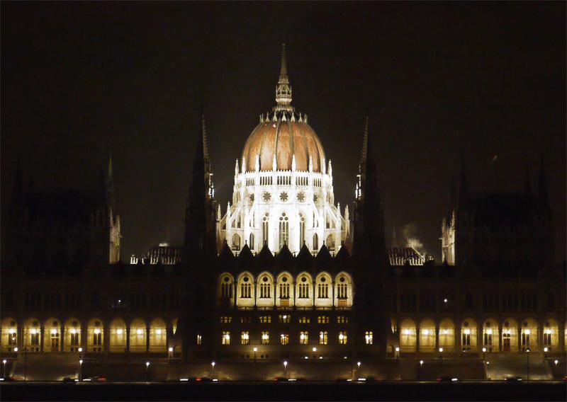 Ночная подсветка парламента в Будапеште.