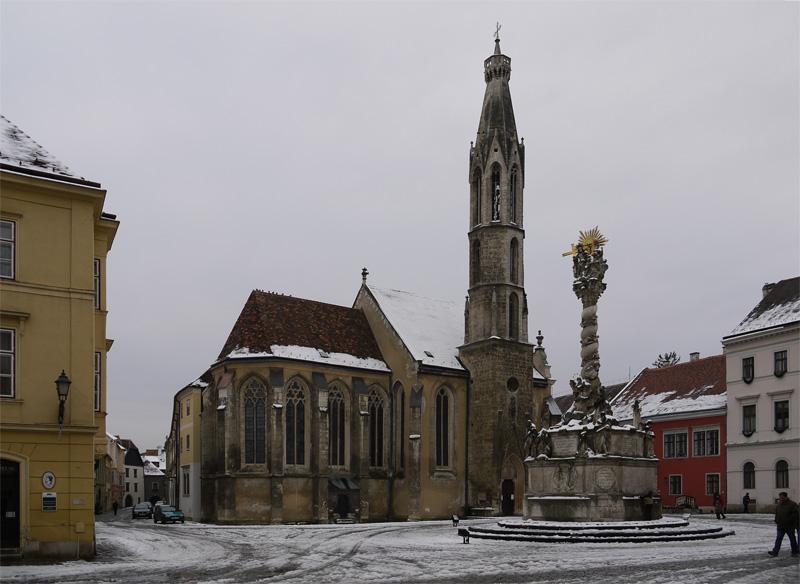Многие здания нереставрированы и поэтому весь город производит совершенно фантастическое впечатление. Еще немного и из-за поворота выедет раздолбанная повозка или помятый солдат австро-венгерской армии.