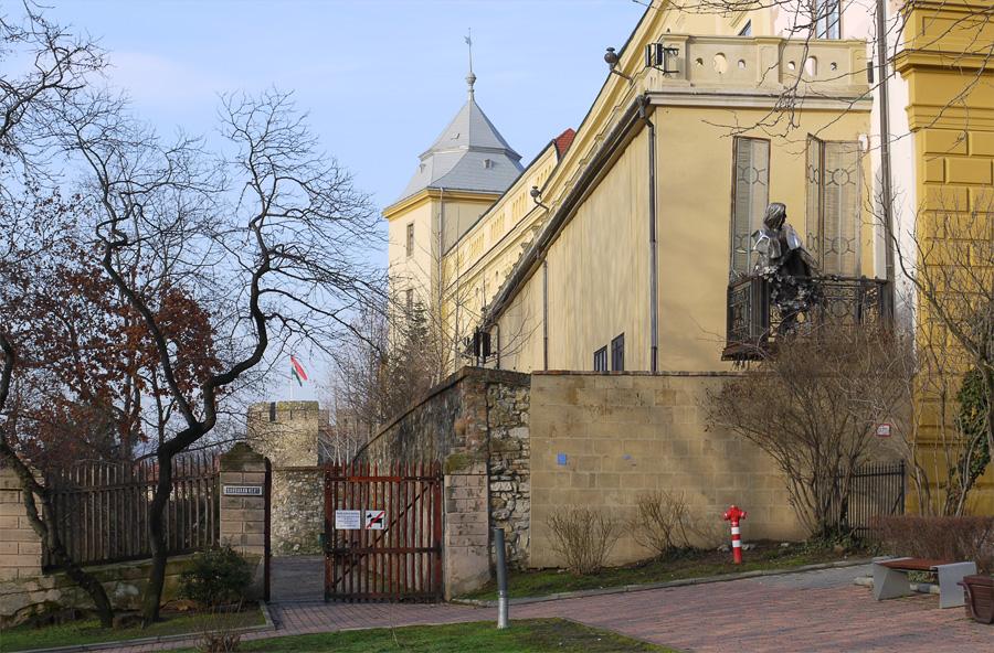Ференц Лист выглядывает с балкона на собор.