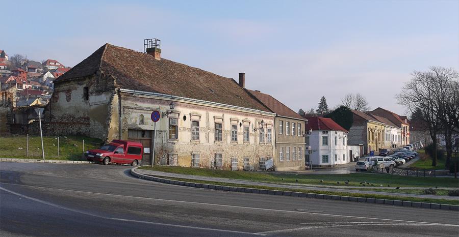 Вокруг туристического центра отреставрированных домов значительно меньше.
