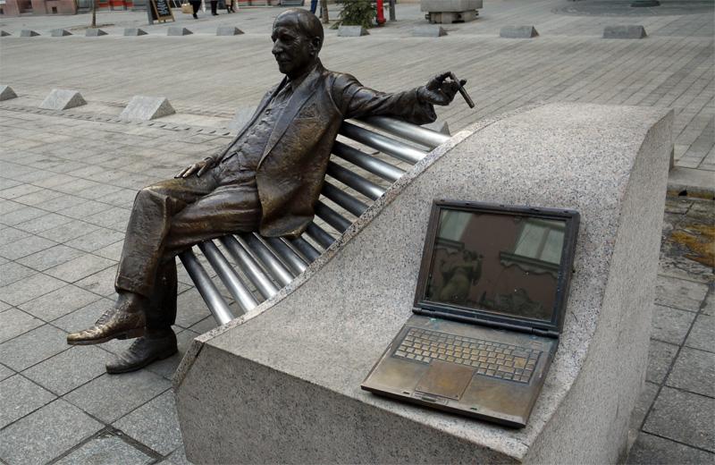 После совка в Будапеште стали ставить прикольные памятники. Пока Windows грузится, чувак курит.