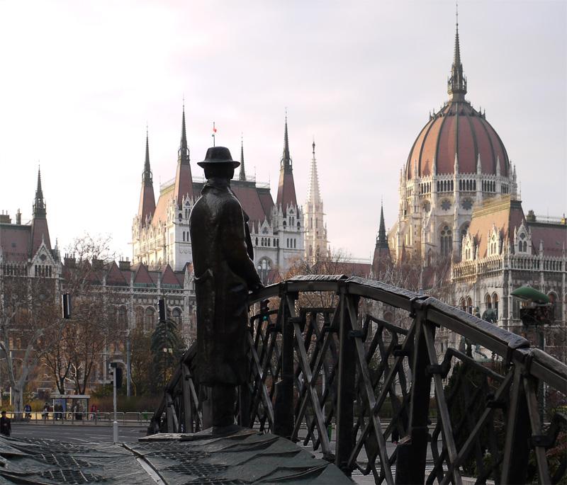 А этот кого-то ждёт на мосту через несуществующий ручей.
