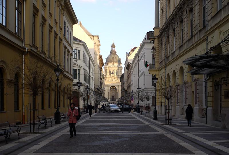 Пешеходная улица с видом на Собор св. Иштвана. (Zríniy ut.)